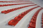 червени пластмасови седалки и спортни зони